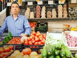 As bancas tradicionais do Mercado de Campo de Ourique esperam por si